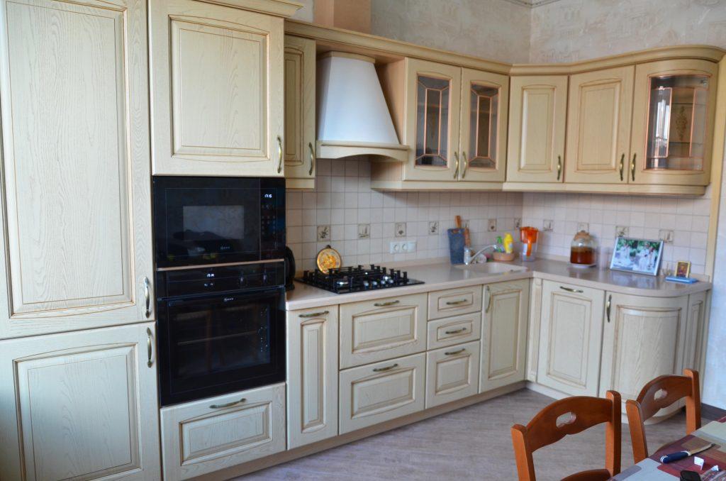 Мебель-для-кухни-классическая-бежевая-патина