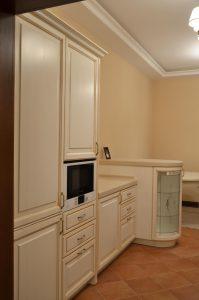 Мебель-для-кухни-массив-ясень-классика-патина