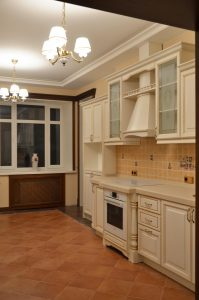 Мебель-для-кухни-массив-ясень-патина-классика